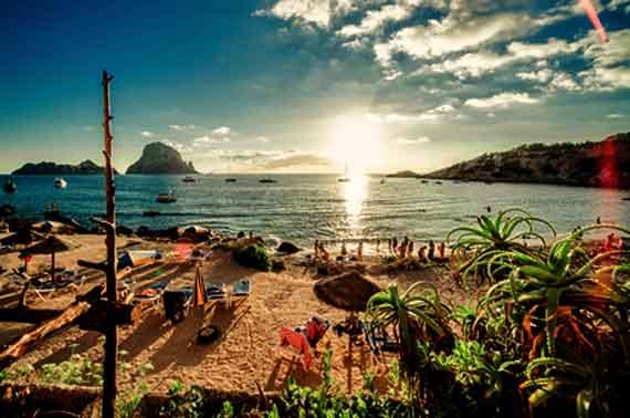 Spanien, Balearen, Ibiza - Sonnenuntergang am Cala d'Hort Beach ( Urlaub, Reisen, Lastminute-Reisen, Pauschalreisen )