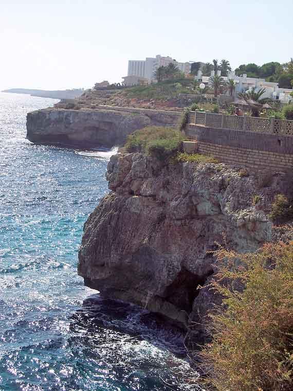 Steilküste mit Höhle in Calas de Mallorca, Mallorca, Spanien (Urlaub, Reisen, Last-Minute-Reisen)