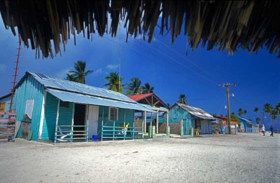 Typische farbige Häuser an der Punta Cana, Dominikanische Republik ( Urlaub, Reisen, Lastminute-Reisen, Pauschalreisen )