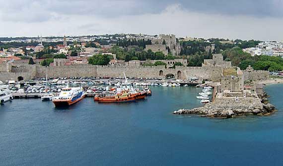Griechische Insel Rhodos - Stadt Rhodos: Stadtmauer mit Grossmeisterpalast im Hintergrund ( Urlaub, Reisen, Lastminute-Reisen, Pauschalreisen )