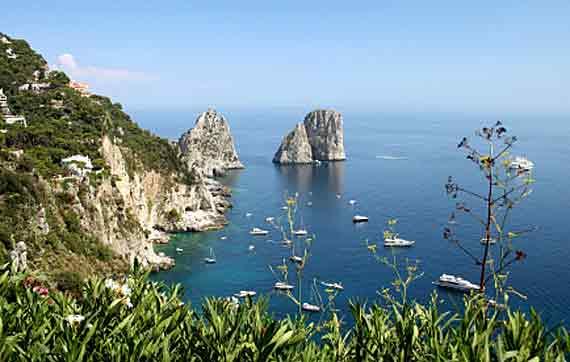 Italien, Golf von Neapel, Wahrzeichen von Capri sind die aus dem Meer ragenden Faraglioni ( Urlaub, Reisen, Lastminute-Reisen, Pauschalreisen )