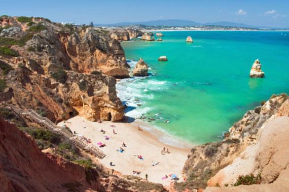 Porugal, Algarve - sonniger Strand zwischen den Sandsteinfelsen von Ponta da Piedade bei Lagos ( Urlaub, Reisen, Lastminute-Reisen, Pauschalreisen )