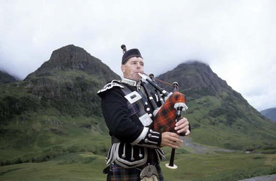Schottland - Dudelsackspieler im Schottenrock ( Urlaub, Reisen, Lastminute-Reisen, Pauschalreisen )