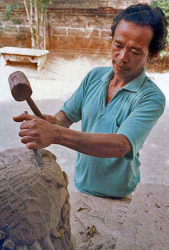 Indonesien, meisterhafte Hände auf Bali - Steinmetz (Urlaub, Reisen, Last-Minute-Reisen)