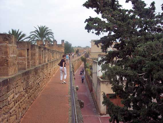 Stadtmauer von Alcudia, Mallorca, Spanien (Reisen, Urlaub, Lastminute)