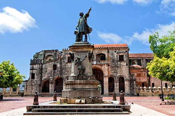Statue von Christoph Columbus vor der Kathedrale Primada de America, Santo Domingo ( Urlaub, Reisen, Lastminute-Reisen, Pauschalreisen )
