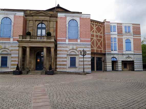 Bayreuth, Grüner Hügel – Festspielhaus zum 200. Geburtstag Wagners eingerüstet