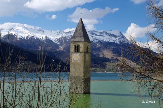 Kirchturm im Reschensee in der Gemeinde Graun im Vinschgau, westliches Südtirol, Italien
