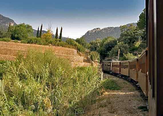 Mit der historische Eisenbahn, dem sogenannten Ferrocaril von Palma nach Soller, Mallorca