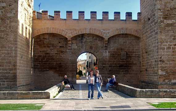 Stadttor von Alcudia, Mallorca ( Urlaub, Reisen, Lastminute-Reisen, Pauschalreisen )