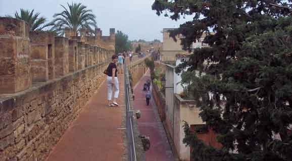 Mallorca - Stadtmauer von Alcúdia ( Urlaub, Reisen, Lastminute-Reisen, Pauschalreisen )